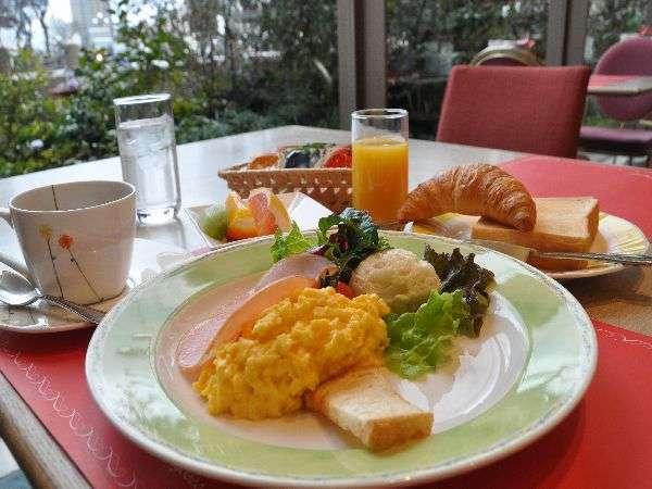 明るい日差しの中で洋朝食