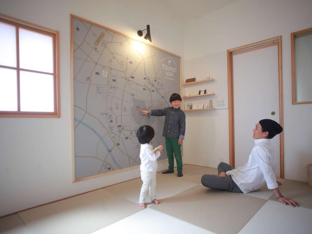 2階/寝室MAP。和室には、大人の背丈ほどもある金沢市内のオリジナルMAPがあります。
