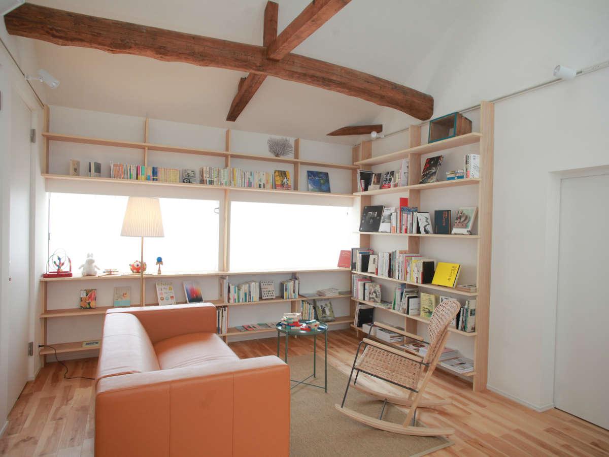 2階ライブラリー。子供の絵本やちょっとしたおもちゃも揃えています。