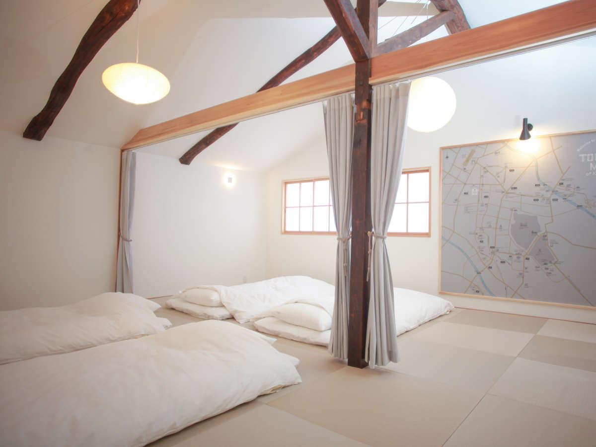 2階/寝室。18畳の和室。最大8名分のお布団を敷くことができます。