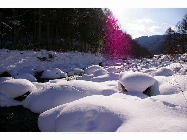 宿の前を流れる清流秋神川も冬は真っ白に輝きます