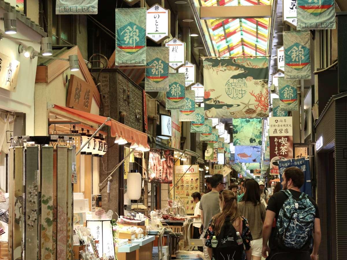 今や京都有数の観光名所となった錦市場もおすすめです