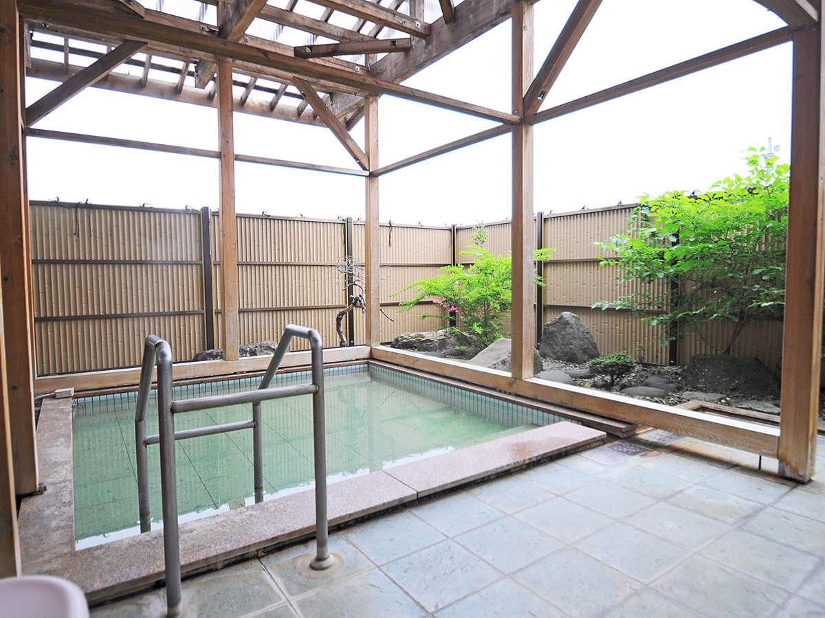 【女湯・露天風呂】お肌と体にやさしい天然温泉でごゆっくりと♪