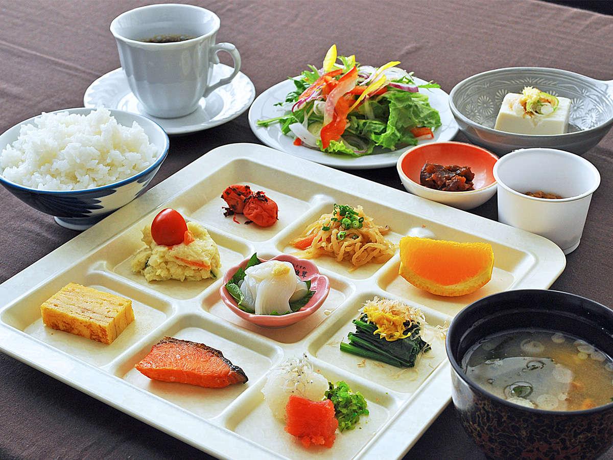 【ご朝食一例】美味しい「あきたこまち」がすすむお惣菜を少量多品種でご用意いたします。