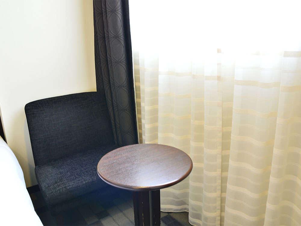 【客室】ツインルーム・おくつろぎいただけるよう、ティーテーブルとソファをご用意しております。