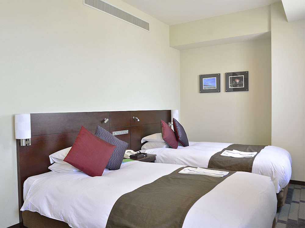 【客室】ユニバーサルツイン・部屋広さ…32㎡・宿泊人数…1~2名・ベッド幅…110cm