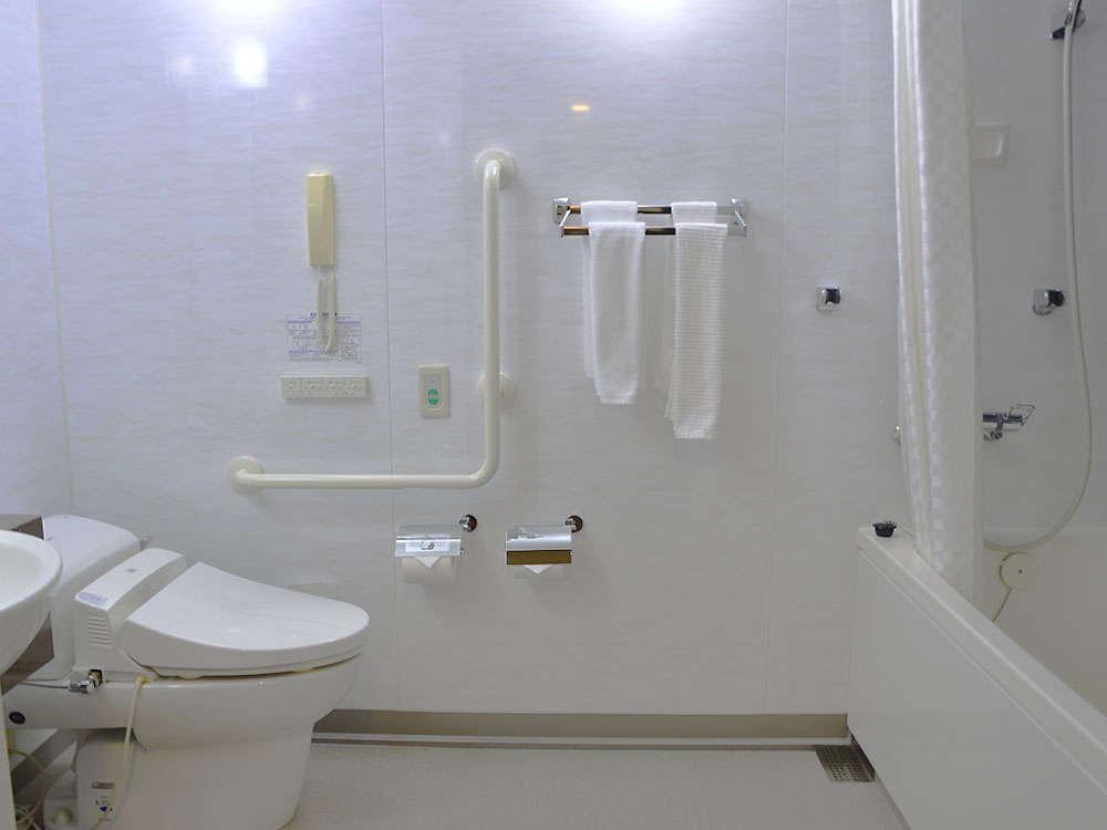 車椅子の方にもご利用いただけるよう、広めのバスルームをご用意しております。