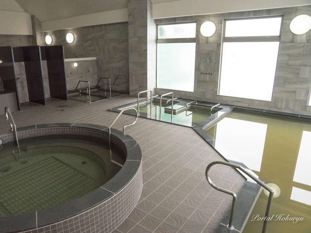 外の光が差す浴場。朝風呂もぜひ楽しんでみてください