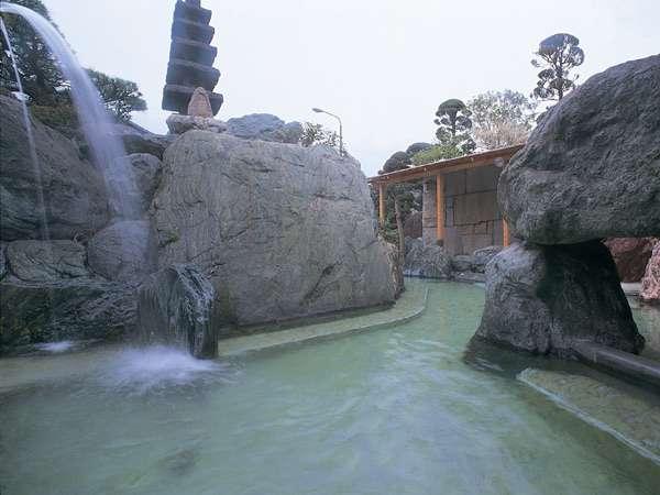 銘石をふんだんに使った豪快な露天風呂は、地元でも屈指の大露天。石和の6つの源泉が豊富に注がれる