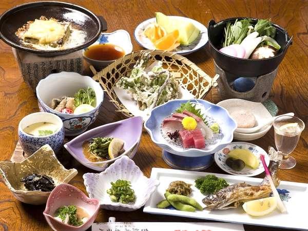 三段峡で採れた山菜や魚をふんだんに取り入れたヘルシーなお料理です。