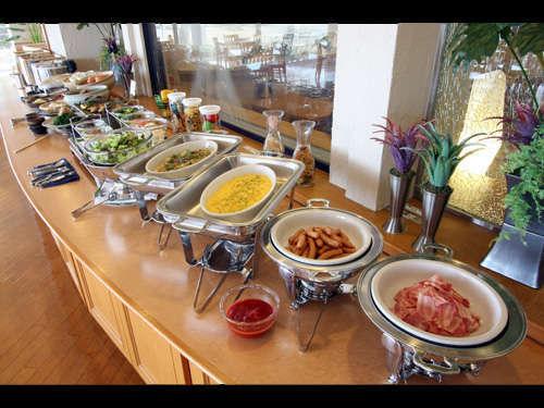 種類豊富な朝食でお好きなだけお召し上がりください。
