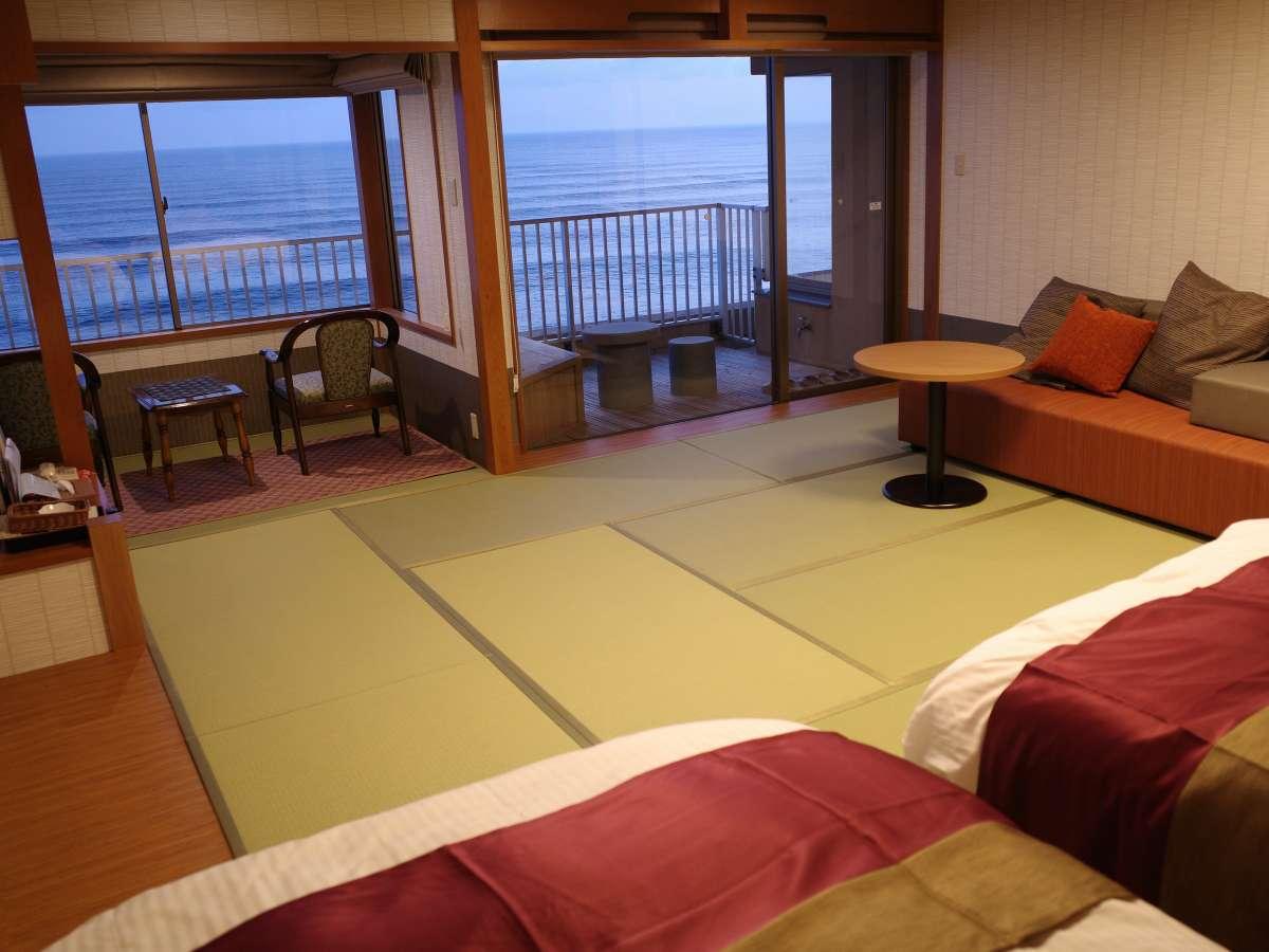 高層階ツイン70㎡露天風呂&展望ジャグジー付客室ベッドからダイナミックな日本海を一望