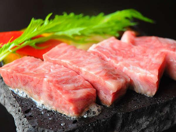 溶岩で焼き上げる信州牛は、ジュワーっという音までおいしそう♪お好みの焼加減でどうぞ。