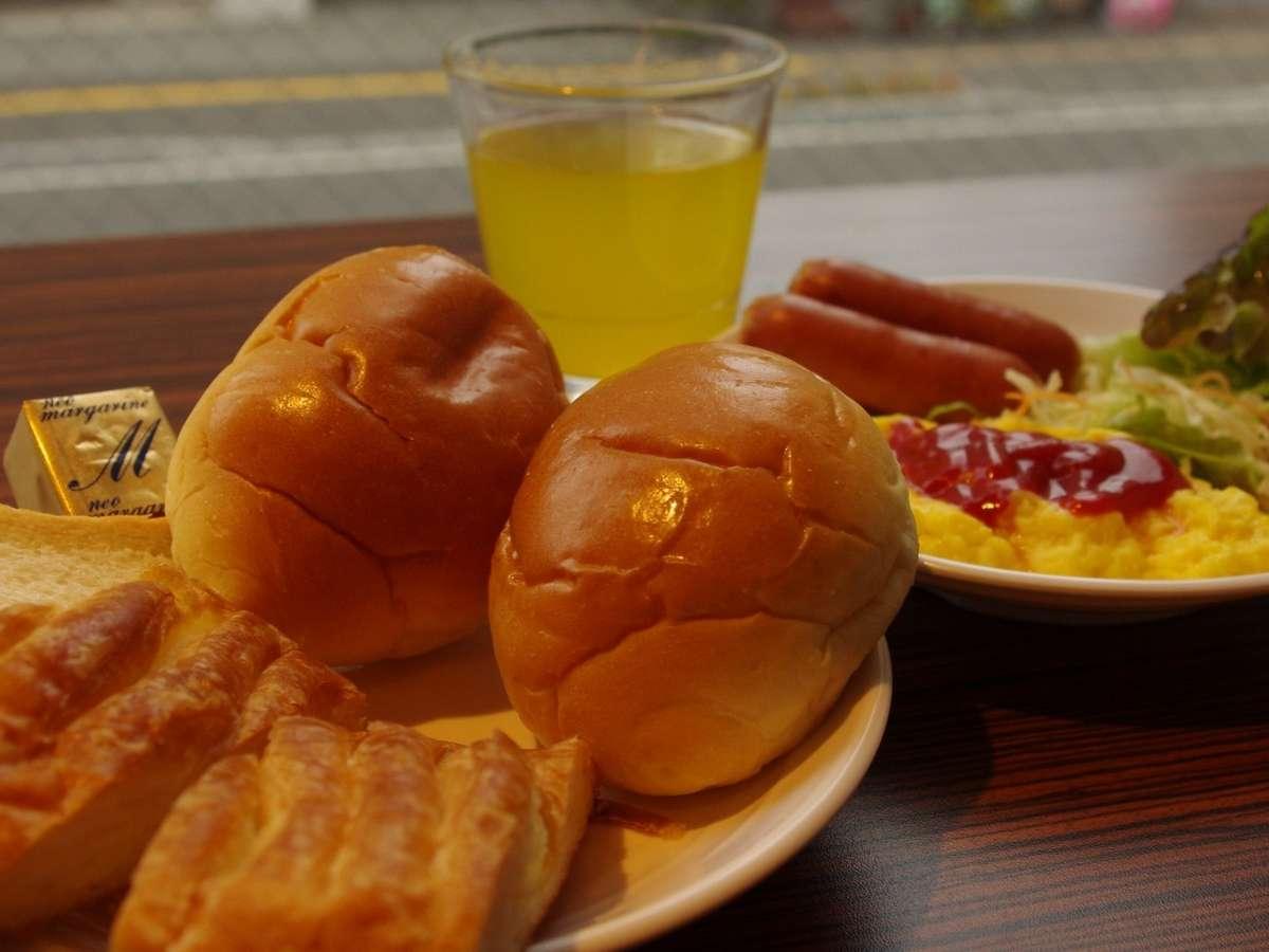朝食は無料で朝7時から9時30分まで2階会場でご用意しております。