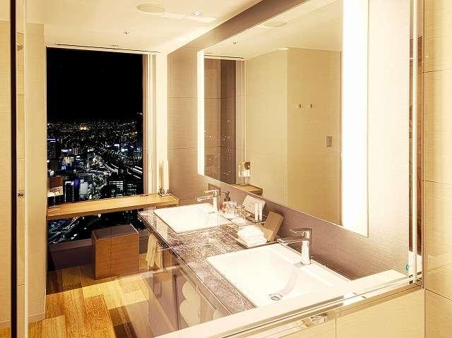 デラックス及びプレミアムコーナーのバスルームは全室浴槽からも夜景がお楽しみいただけます。