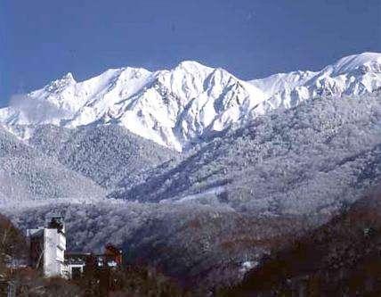 真冬の北アルプス明峰槍ヶ岳と山のホテル