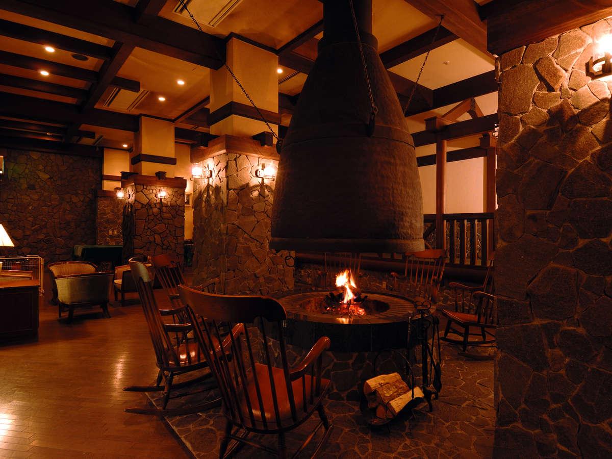 暖炉の暖かい火を囲むファイヤーラウンジ。