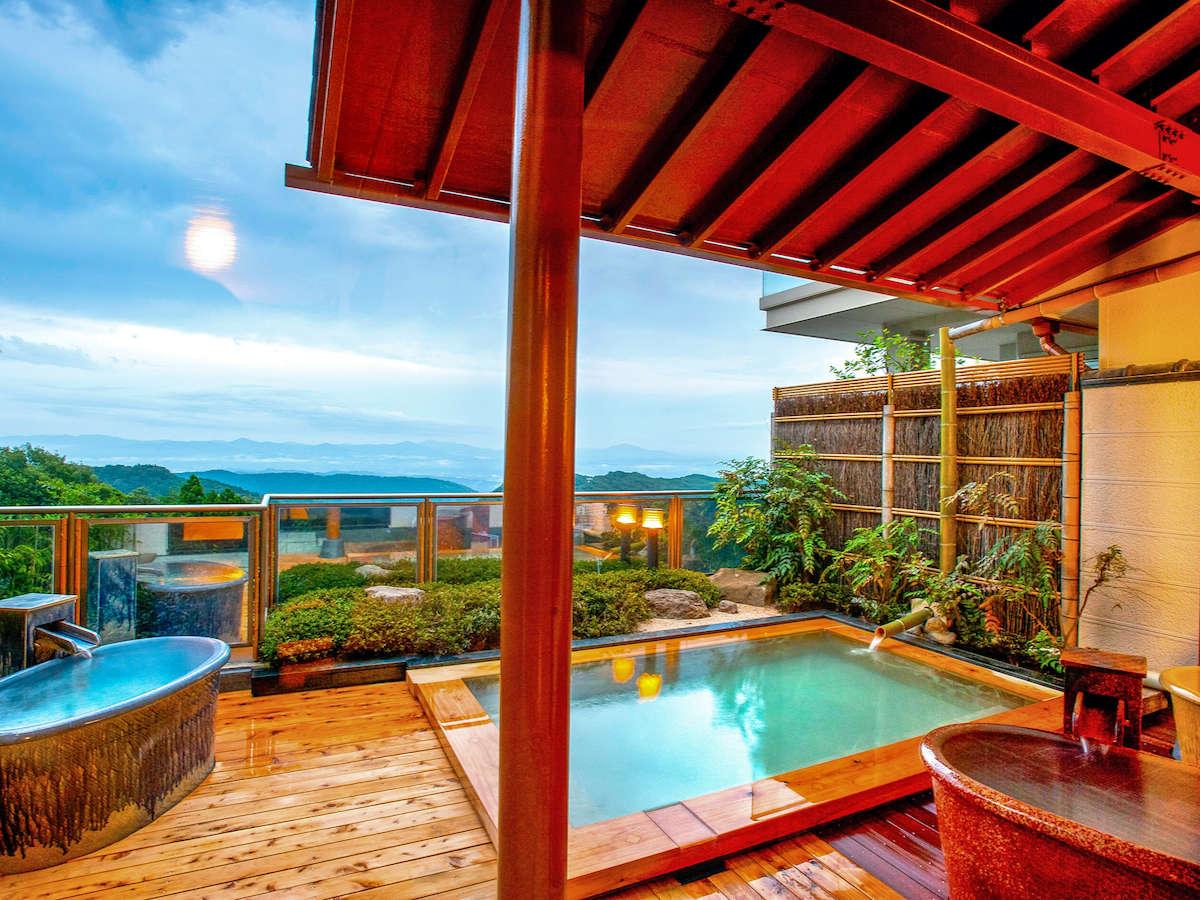 女性露天風呂。壺風呂も三つ新設され、様々なタイプの温泉をお楽しみいただけます。