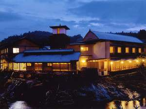 芹川沿いに建つ大丸旅館。お部屋は全て川に面してます。向こう岸には自然豊かな山が広がります。