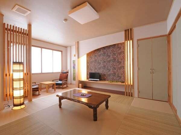 『本館リニューアル和洋ツイン+8畳(広縁・椅子あり)一例』 間接照明でモダンな印象に引き立てられた和室