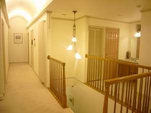 じゅうたん敷きの明るい2階ホール