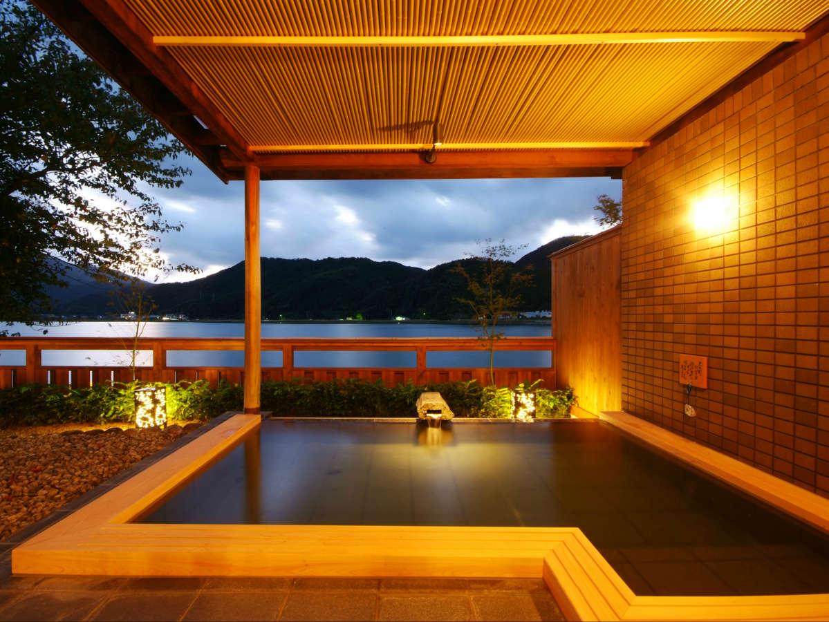 【大浴場露天風呂】川からの爽やかな風を感じる。