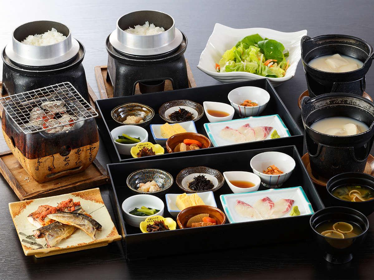 【ご朝食】地元の採れたて野菜を使って和食中心のヘルシーなお料理をご用意いたしております。
