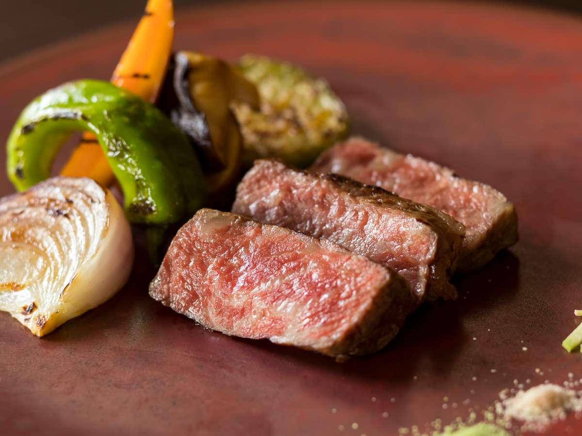 大和野菜や黒毛和牛の大和牛など、地元奈良の食材を活かした料理と日本酒のペアリングが人気です。