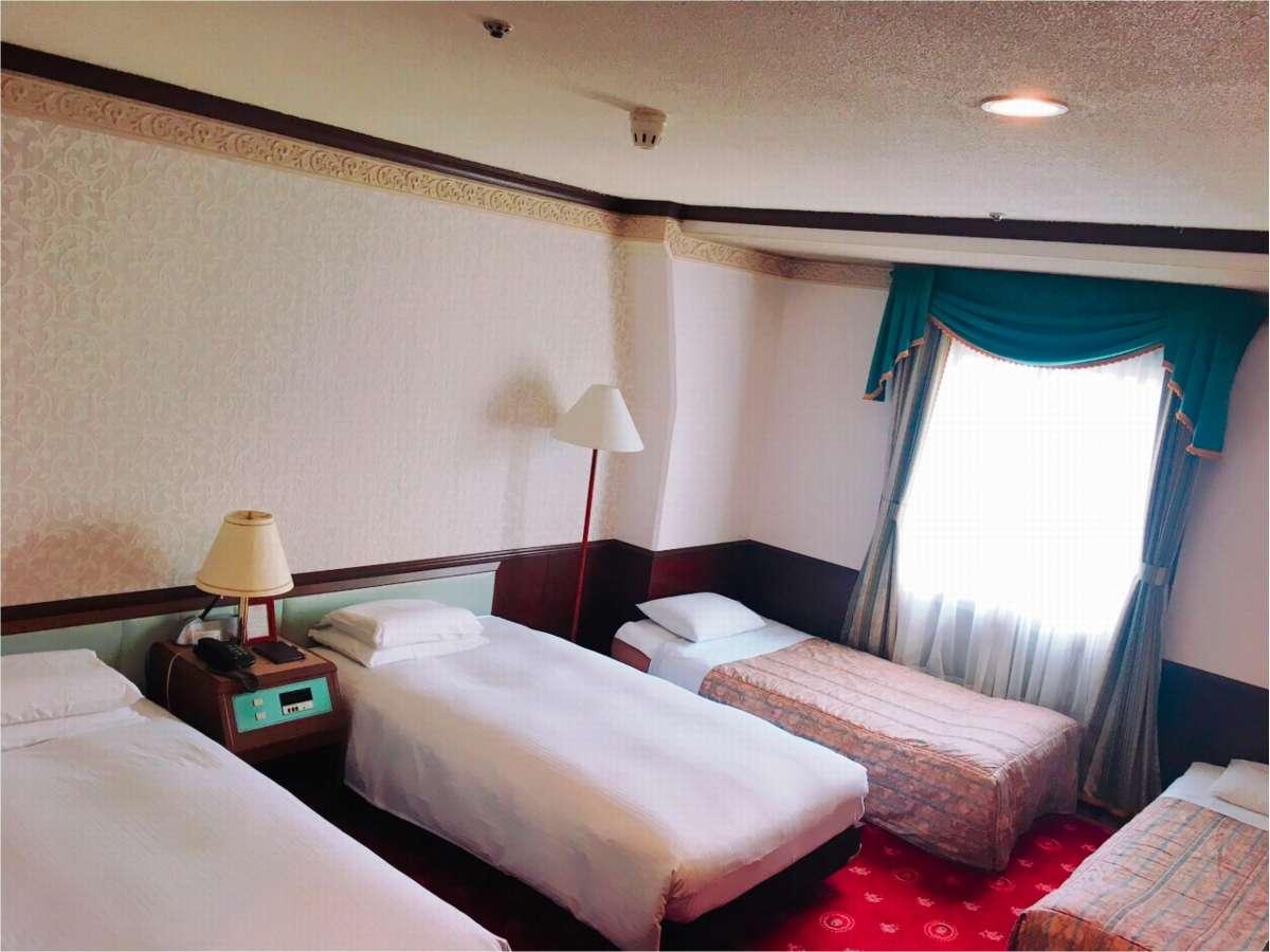 大人数でもご宿泊できるフォースルーム。シングルベッド2台+エキストラベッド2台。