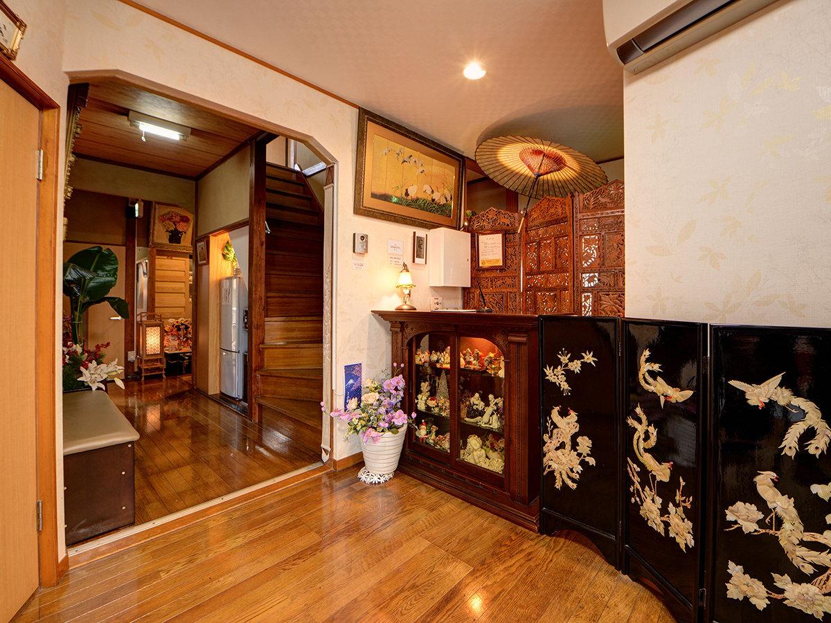 *フロント/都内では珍しい純和風の旅館、海外の方にも人気です。