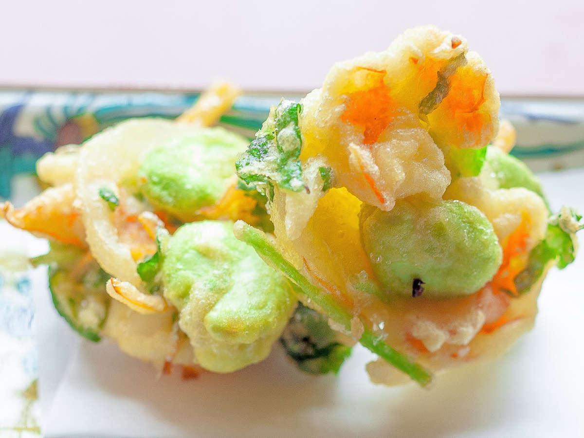 食事処「源助」では揚げたてをご用意!この時季はそら豆と海老のかき揚げも!