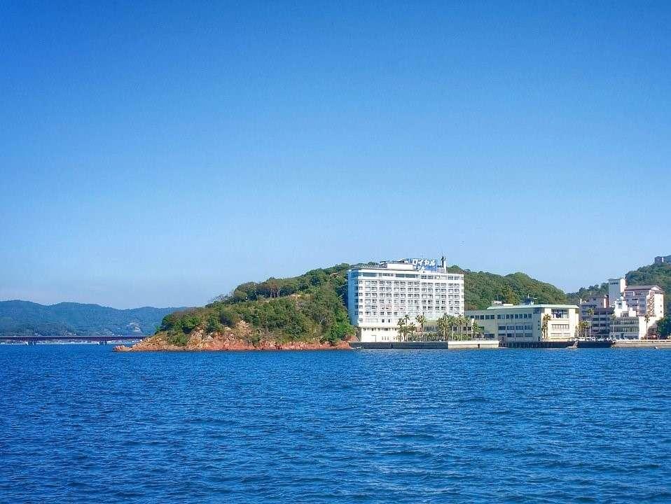 浜名湖湖上から見るホテル