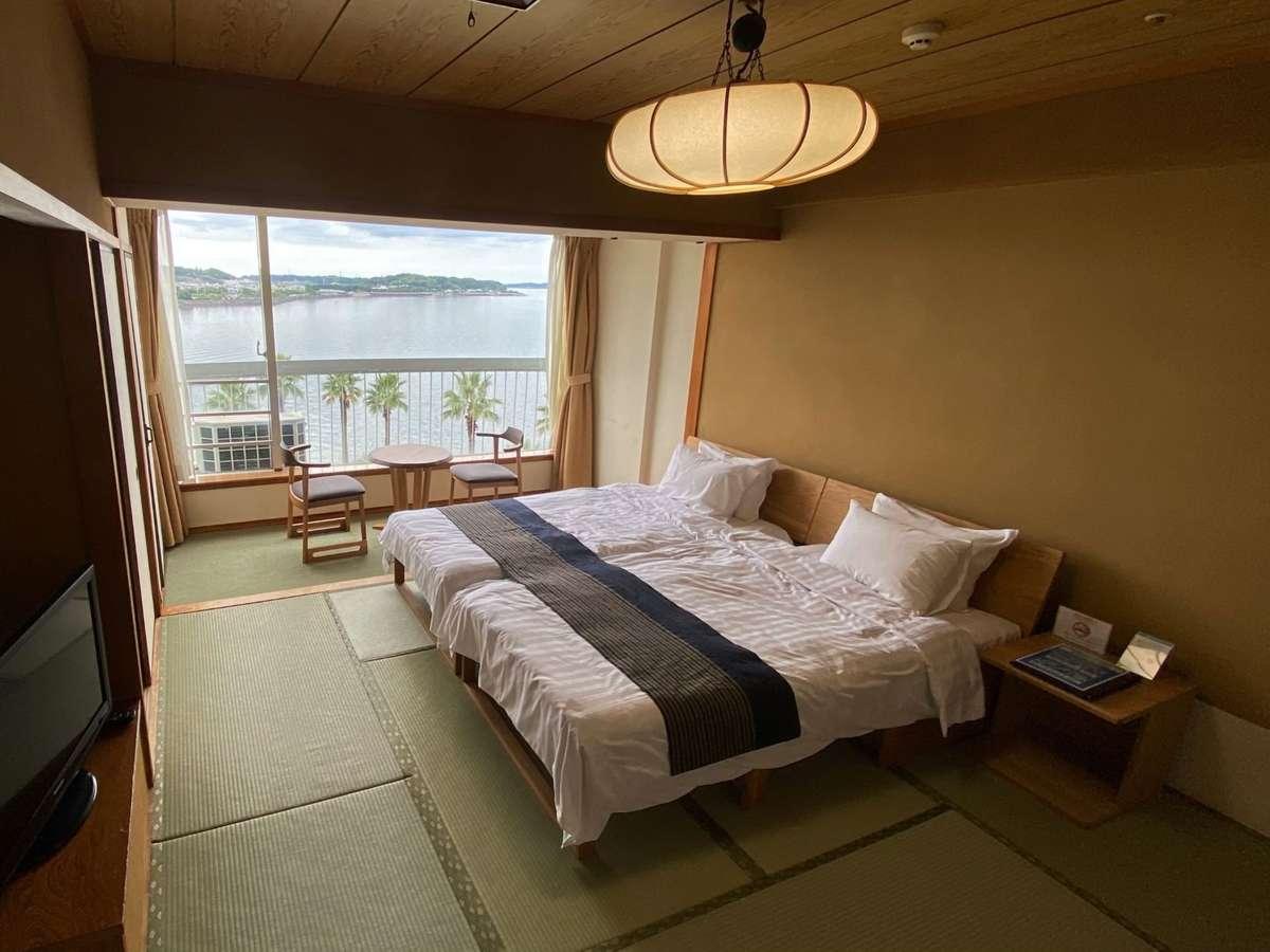 浜名湖を望む和室にベッドの和ベッドタイプ。広さ10畳。ベッドはくっついた状態でセットされています。