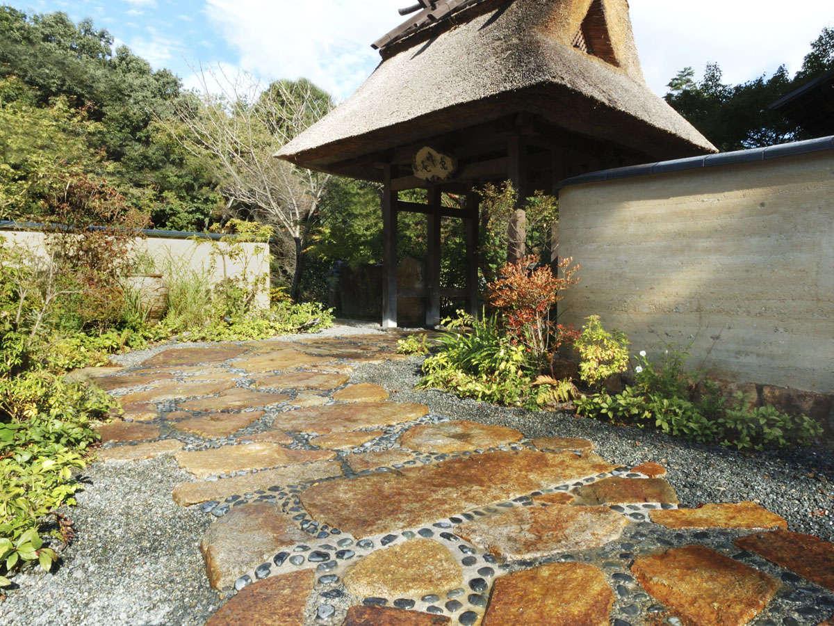 版築の土塀と 茅葺き門 のどこか懐かしい風景がお客様をお出迎えします