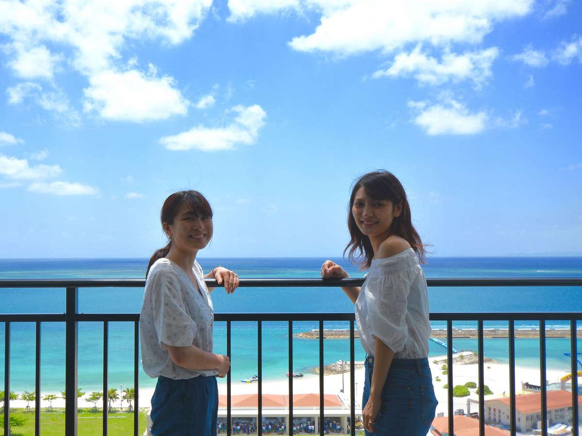 オーシャンビュー客室からコバルトブルーの海を一望