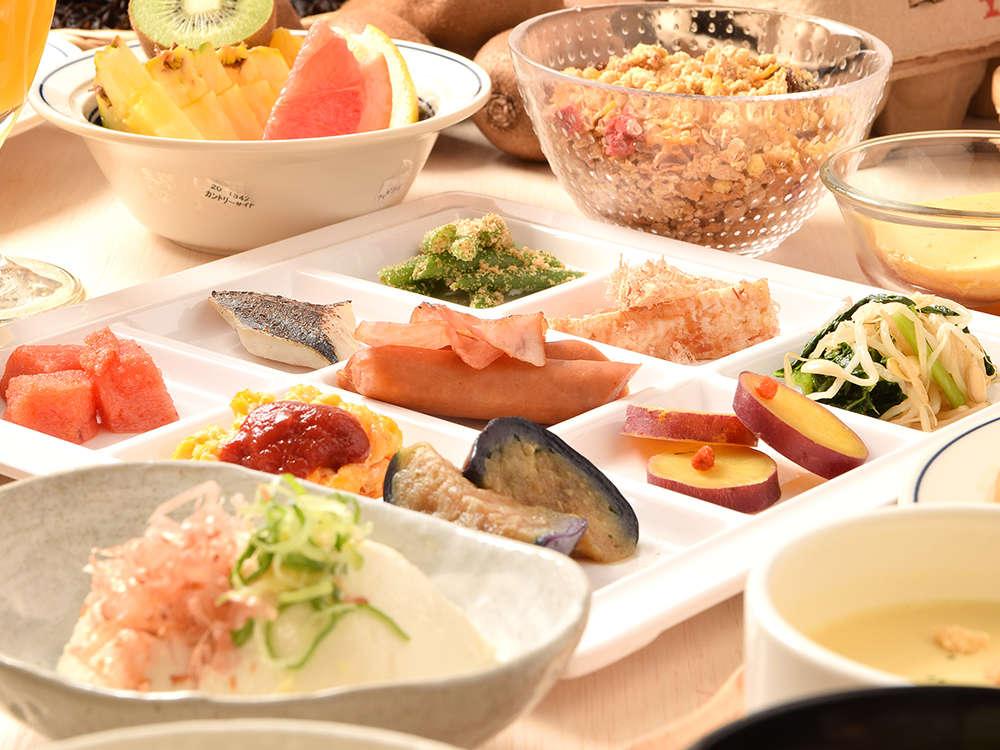 【朝食】1階レストラン・和洋食のビュッフェスタイルの朝食です。