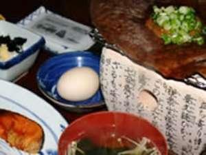朝食は朴葉みそなど飛騨の郷土料理を。お味噌は自家製のお味噌!ご飯も、もちろん自家製米!(一例)