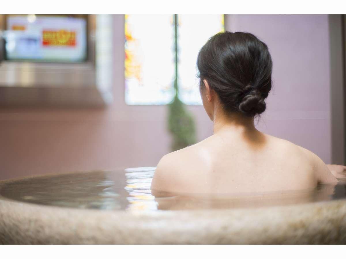 【みなぴりかの湯】露天風呂「壺湯」。大型テレビ完備。湯~っくりとお寛ぎください。