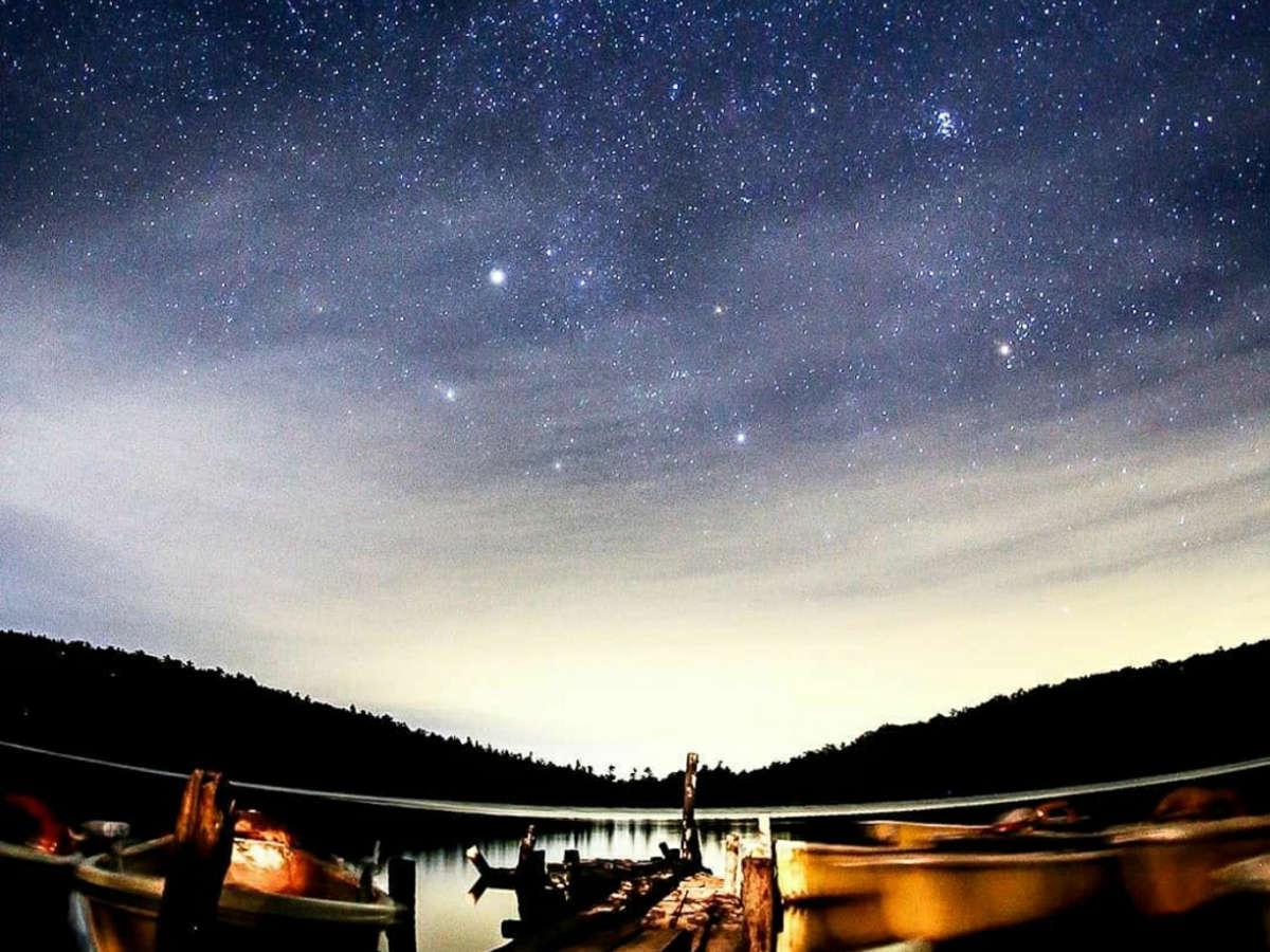 夜の白駒池とボート