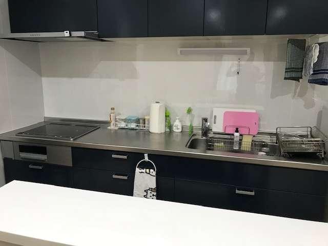 キッチンは広々270cm。料理器具、食器、カトラリーも揃ってます。