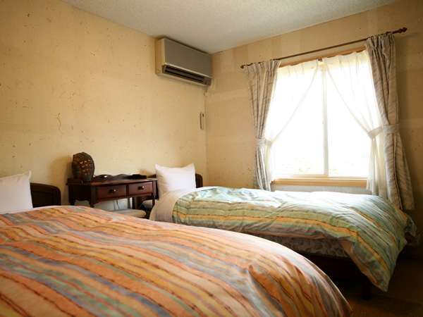 洋室ツインルーム。お部屋の窓からもアルプスを一望