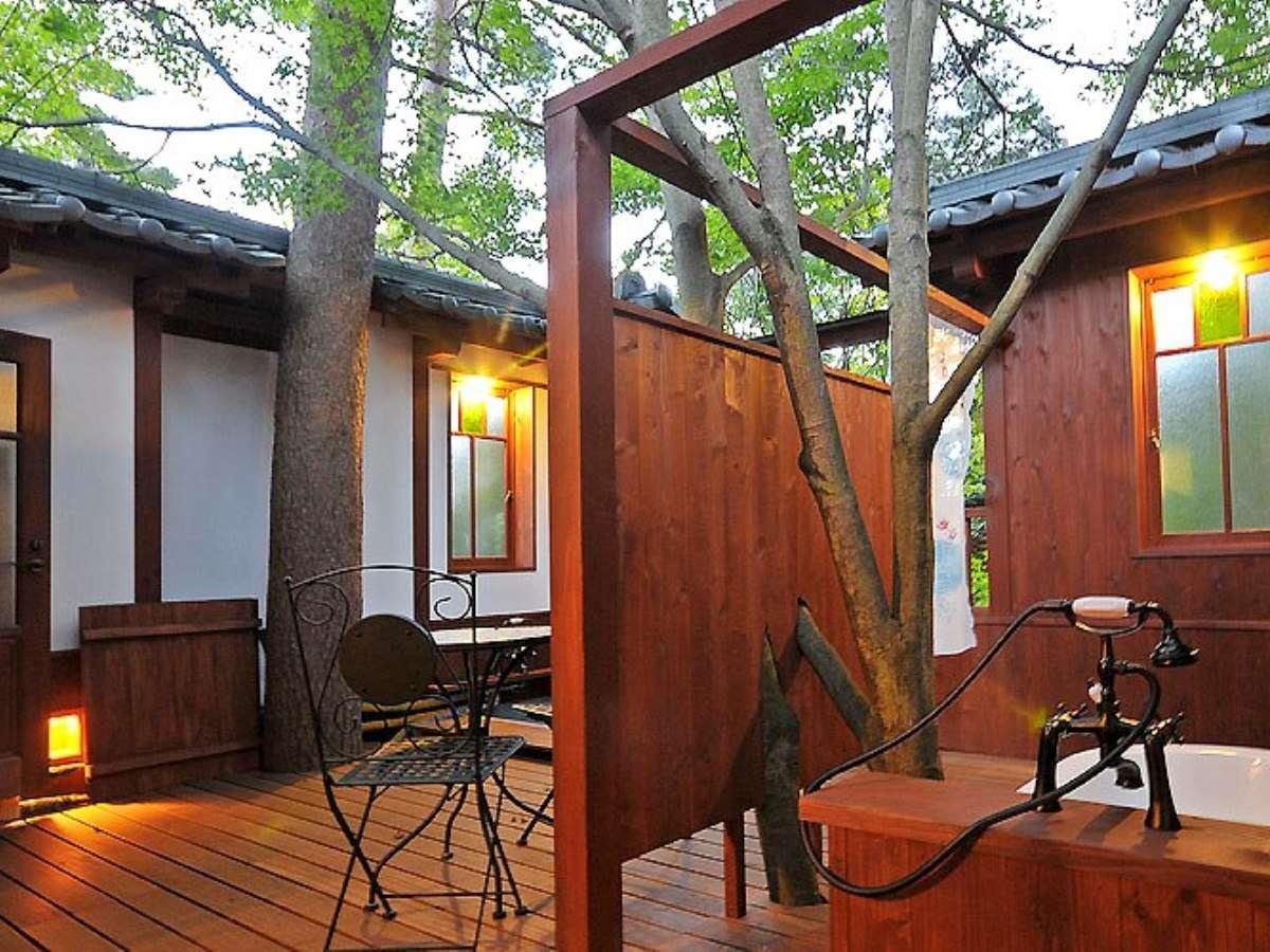 【客室】別邸露天風呂付和室。刻々と移り変わる空を眺めてのんびりと。