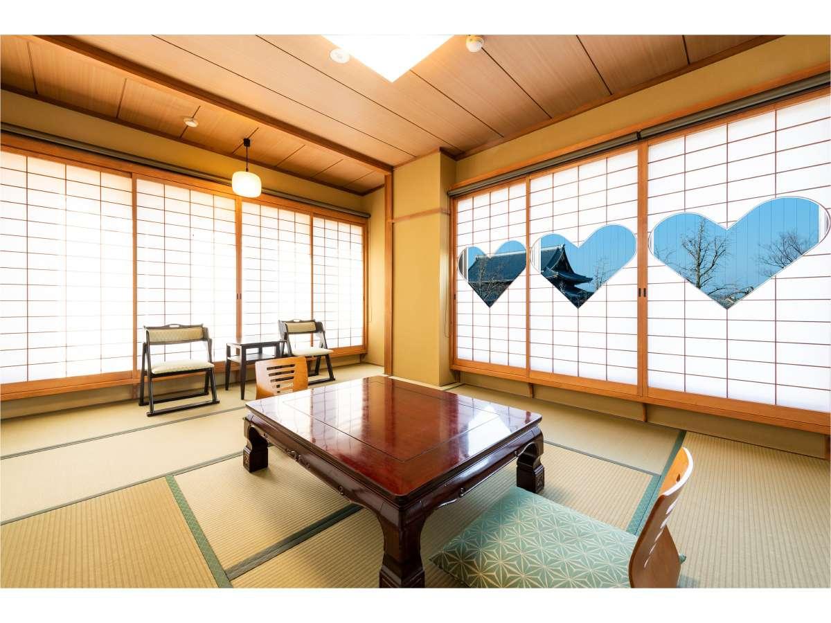 限定2部屋!東本願寺を眺める和室10畳のお部屋には古来より福を呼ぶハート型模様の猪目障子がございます。