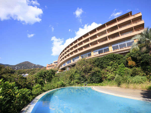 ホテル外観。夏にはガーデンプールをお楽しみ下さい。