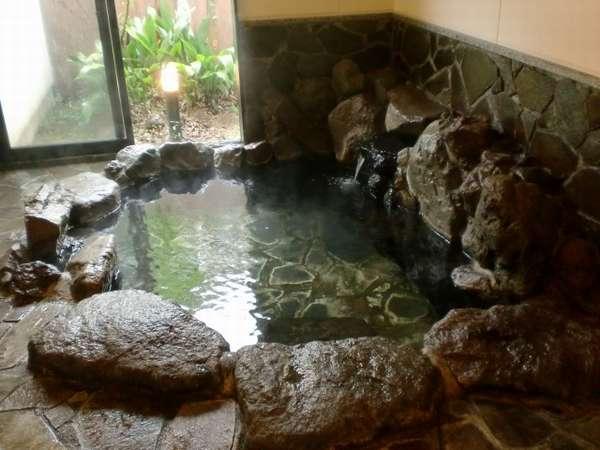 家族風呂内湯「桑の湯」。内湯の中でも人気の岩風呂です。