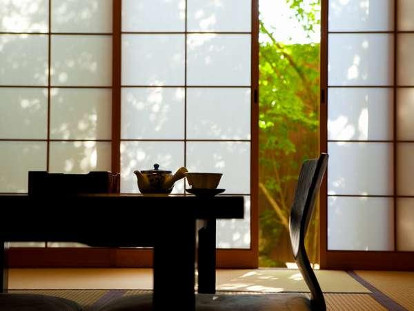 「桜の間」新緑に反射する光が目に安らぎを与えてくれます。