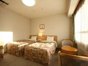【部屋/洋室】落ち着いた雰囲気のツインベッドルームになります。