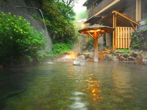 四季の色を愉しむ事ができる湯の川をそのまま引き入れた源泉掛け流し露天風呂「川の湯」