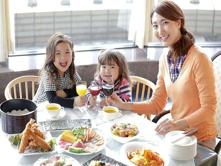 東濃をのぞむ明るいレストランで子供たちと乾杯!