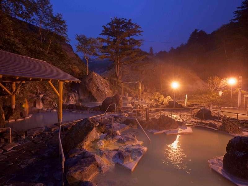 <石庭露天風呂ライトアップ>幻想的な雰囲気の中でご入浴していただけます。